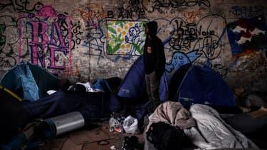 Un migrant installé près du canal Saint-Denis, à Aubervilliers, en juillet 2020