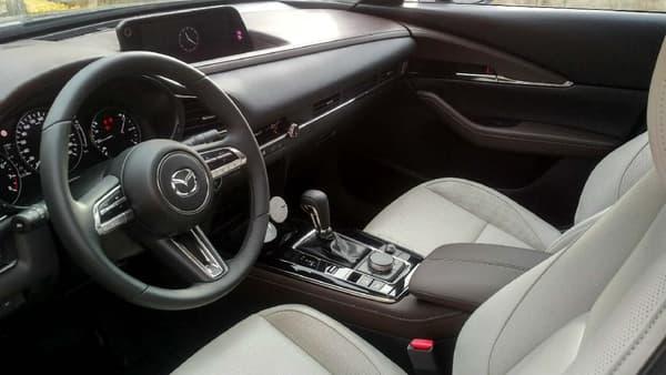 Mazda a beaucoup travaillé sur la qualité de finition, les matériaux, les couleurs, pour une montée en gamme de ses nouveaux modèles.