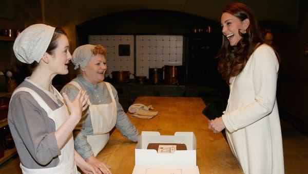 """Kate Middleton face à Sophie McShera et Lesley Nicol sur le plateau de """"Downton Abbey"""""""