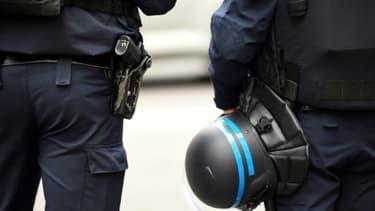 Des policiers français lors d'une alerte à la bombe à Paris le 20 mars 2017
