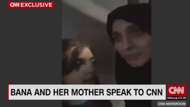 Bana, 7 ans, et sa mère lors d'une interview donnée à CNN