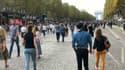 Des piétons sur les Champs-Elysées lors de la journée sans voiture le 20 septembre 2021.