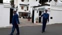 Policiers postés devant la demeure familiale Ben Bella, à Alger. Le président Bouteflika a décrété huit jours de deuil national en hommage à Ahmed Ben Bella, premier président de l'Algérie indépendante, décédé mercredi à l'âge de 96 ans. /Photo prise le 1
