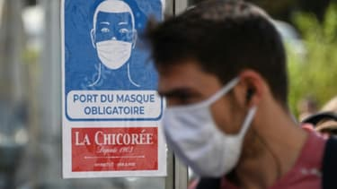 Un homme portant un masque le 20 juillet 2020 à Lille, dans le nord de la France. Le  port du masque est obligatoire en France dans les espaces clos depuis ce lundi