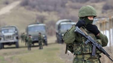 Près de Simferopol, en Crimée, des soldats lourdement armés bloquent dimanche l'accès à une frontière ukrainienne.