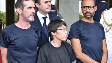 Les deux ex-otages français entourent l'ex-otage sud-coréenne lors de leur réception au palais présidentielle du Burkina Faso