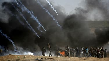 Des tirs de gaz lacrymogène à la frontière entre la bande de Gaza et Israël, le 14 mai 2018.