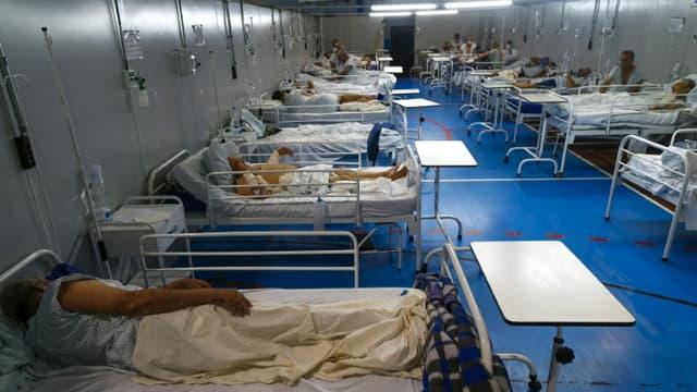 Des patients atteints du Covid-19 dans un hôpital de campagne installé dans un gymnase, à Santo André, le 26 mars 2021 au Brésil