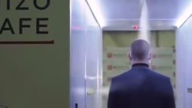 Les visiteurs doivent traverser ce tunnel désinfectant pour pouvoir approcher Vladimir Poutine.