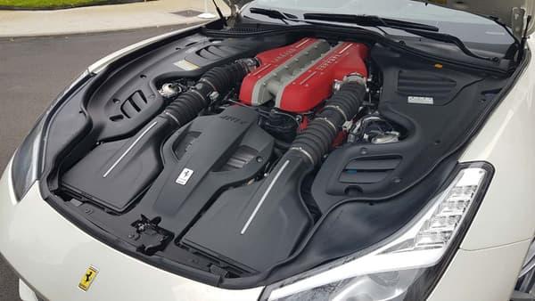 Sous le capot, le moteur V12 6.262 cm3 affiche 690 chevaux. Consommation officielle: 15,3 litres aux 100.