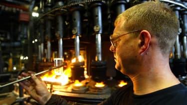 Un ouvrier de la verrerie d'Arcques, en 2003.