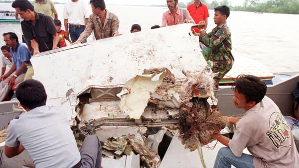 Un morceau de la carcasse du vol SilkAir est extrait de la rivière Musi, à Sumatra, le 20 décembre 1997.