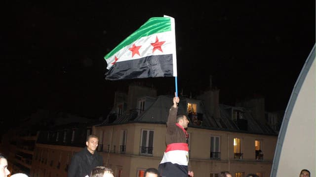 Des opposants syriens à Paris le 10 décembre 2011, sur un toit d'immeuble rue de Charenton