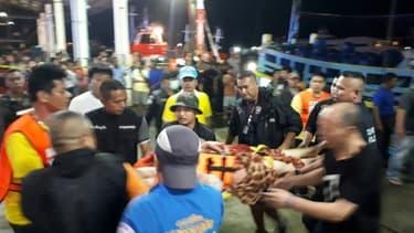 Les secours thaïlandais prennent en charge des passagers d'un bateau de plongée qui a chaviré à Phuket, dans le sud du pays le 5 juillet 2018