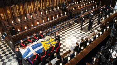 Le cercueil du prince Philip d'Edimbourg dans la chapelle du château de Windsor lors de ses funérailles le 17 avril 2021