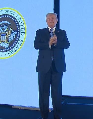 Quand une parodie du sceau présidentiel apparaît derrière Donald Trump