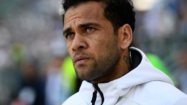 Daniel Alves imagine déjà les centres qu'il va délivrer à Edinson Cavani.