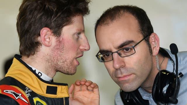 Romain Grosjean en discussion à Melbourne avec un ingénieur Pirelli