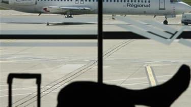 Air France compte démarrer au début octobre les vols depuis sa première base de province à Marseille, dans le cadre de son programme de réduction de coûts et de reconquête de parts de marché sur le moyen-courrier. /Photo d'archives/REUTERS/Jean-Paul Pélis