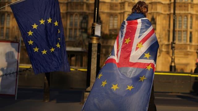 La Première ministre britannique Theresa May a promis mercredi de quitter ses fonctions si son accord de Brexit était adopté, abattant sa dernière carte pour tenter débloquer la situation chaotique au Parlement, incapable de se mettre d'accord sur une alternative.