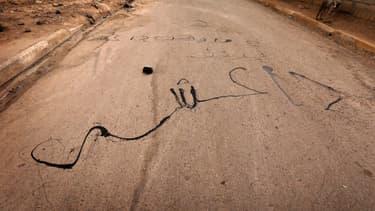 """""""A bas Daesh"""" écrit en arabe sur une route d'Irak."""
