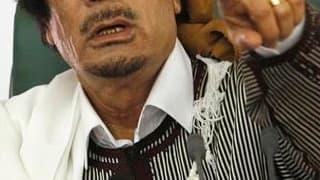 """Mouammar Kadhafi affirme dans un entretien au Journal du dimanche que son combat en Libye, où une insurrection ébranle son pouvoir, l'oppose à Al Qaïda et met en garde les Européens contre un """"Djihad islamique"""" à venir s'il est déstabilisé. /Photo prise l"""