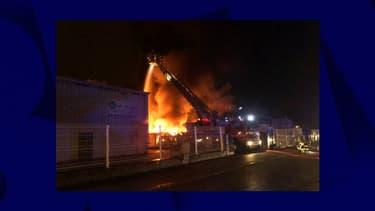 Près des deux tiers de l'entrepôt ont été détruit par les flammes dans la nuit de dimanche à lundi