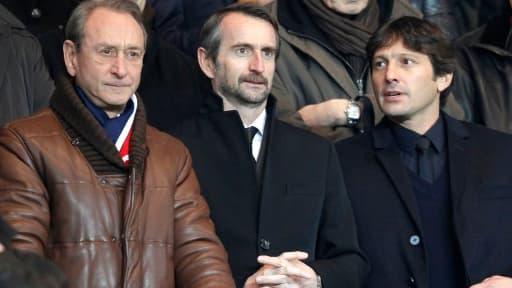 Le maire de Paris Bertrand Delanoé, en compagnie du directeur général du PSG Jean-Claude Blanc, et du directeur sportif Leonardo.