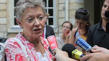 Françoise Barré-Sinoussi, prix Nobel de médecine en 2008, répond aux questions des journalistes, le 19 août 2010 à la sortie d'une réunion à Matignon.