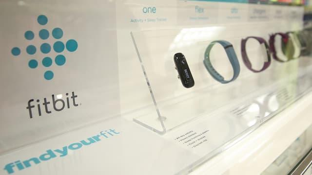 Fitbit a vendu cinq fois plus de bracelets connectés qu'Apple a vendu d'AppleWatch. Mais les deux produits sont-ils vraiment comparables?