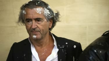 Une vingtaine de personnes ont lancé des tartes à la crème à Bernard-Henri Lévy samedi en Belgique.