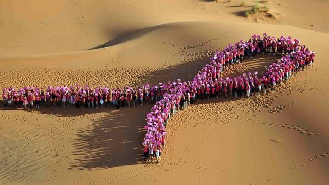 """Des participantes à la compétition """"la Rose des sables"""" réunies dans le désert marocain en octobre 2012."""
