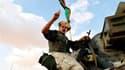 Un combattant des forces des nouvelles autorités libyennes en route vers Bani Walid, vendredi. Les forces du conseil intérimaire au pouvoir en Libye sont entrées vendredi dans cette ville, l'un des derniers bastions fidèles à Mouammar Kadhafi, et ont dit
