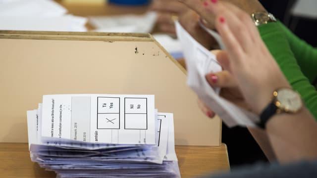 Les votes sont comptés dans le bureau d'Ashbourne, dans le comté de Meath en Irlande, le 26 mai 2018.