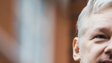 Le fondateur de WikiLeaks Julian Assange sort sur le balcon de l'ambassade d'Equateur à Londres pour parler à la presse, le 5 février 2016