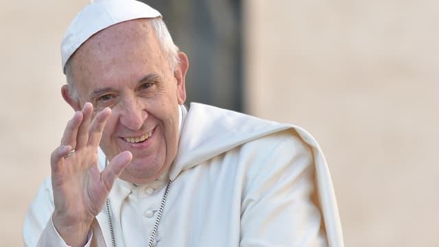 Le pape François salue la foule présente place Saint Pierre le 19 octobre 2016. (PHOTO D'ILLUSTRATION)