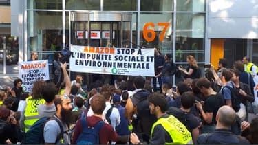 """Les militants activistes d'Amis de la Terre réclame un moratoire la création de nouveaux entrepôts en France par Amazon, au nom """"de la défense du climat et des emplois."""""""