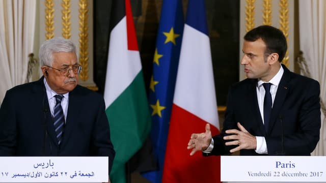 Le président de la République Française Emmanuel Macron et le chef de l'Autorité palestinienne Mahmoud Abbas, lors d'une conférence de presse à l'Elysée à Paris, le 22 décembre 2017.