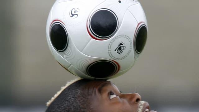 Comme tous les attaquants, Cissé apprécie les ballons fuyants (ici avec l'Europass de l'Euro 2008) qui trompent les gardiens.