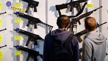 Des visiteurs dans un magasins d'armes, en Suisse, le 29 mars 2019