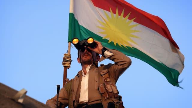 Un peshmerga sur la ligne de front, à une quarantaine de kilomètres au sud d'Erbil, la capitale du Kurdistan irakien, le 18 septembre 2014.