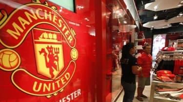 Manchester United remonte la pente financière même s'il reste le club le plus endetté d'Angleterre.