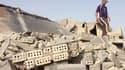 Un homme inspecte les décombres de la maison d'un policier de Falloudja, détruite lundi par un attentat. Des explosions et des attentats suicide ont frappé Bagdad et plusieurs villes des environs lundi matin, faisant une trentaine de morts. /Photo prise l
