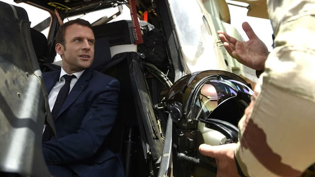 Emmanuel Macron à bord d'un hélicoptère Tigre.