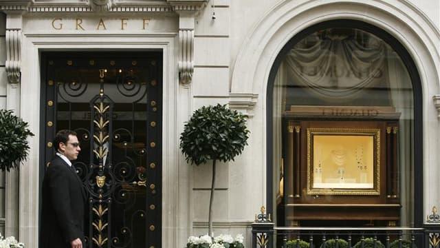 Devant la boutique Graff à Londres. Le joailler londonien Laurence Graff a déboursé près de quatre millions de dollars pour racheter une de ses propres créations lors d'une vente de haute joaillerie en Suisse où investisseurs et collectionneurs se sont di