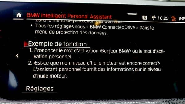 L'écran central de la BMW Série 1, où se trouvent les fonctions de navigation, comme d'infotainment, commandées par l'assistant vocal (ici en descriptif).