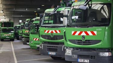 Des camions poubelles stationnés dans un garage dans la banlieue de Paris (image d'illustration)