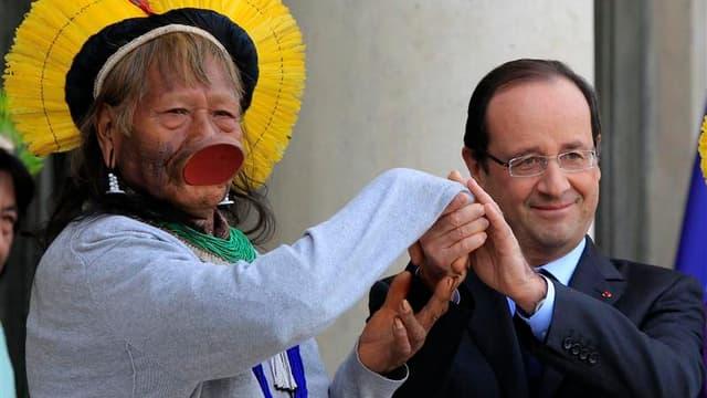 La tournée européenne du chef indigène brésilien Raoni Metuktire est passée jeudi par l'Elysée, où le défenseur de la cause des indiens d'Amazonie a reçu le soutien du président François Hollande. /Photo prise le 29 novembre 2012/REUTERS/Gonzalo Fuentes