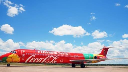 L'avion aux couleurs du célèbre soda visitera 90 pays, 50 de plus que les  précédentes éditions du Fifa word cup tour.