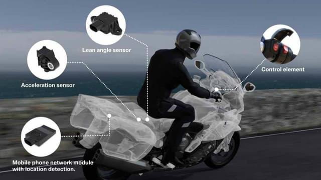 """Les motos BMW pourront s'équiper d'un système de """"e-Call"""" en option, qui pourra s'activer manuellement ou automatiquement."""